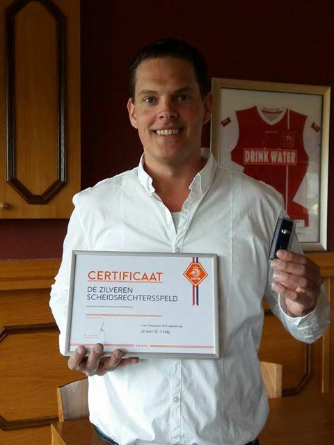 Dennis krijt sertifikaat